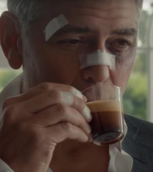 Clooney porwany i poturbowany, ale  wciąż z filiżanką kawy Nespresso
