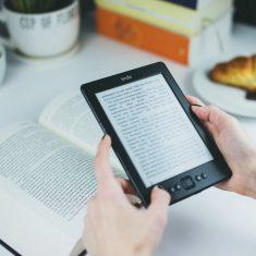 Polacy czytają coraz mniej książek, a sprzedaż ebooków rośnie. Paradoks czy zmiana zwyczajów czytelniczych?
