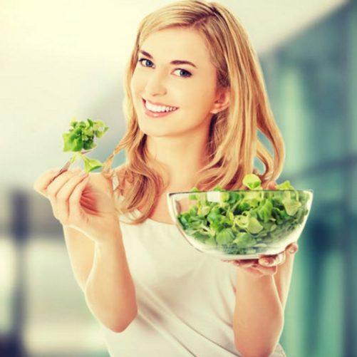 Jak widzą nas marketerzy, czyli Women Laughing Alone With Salad