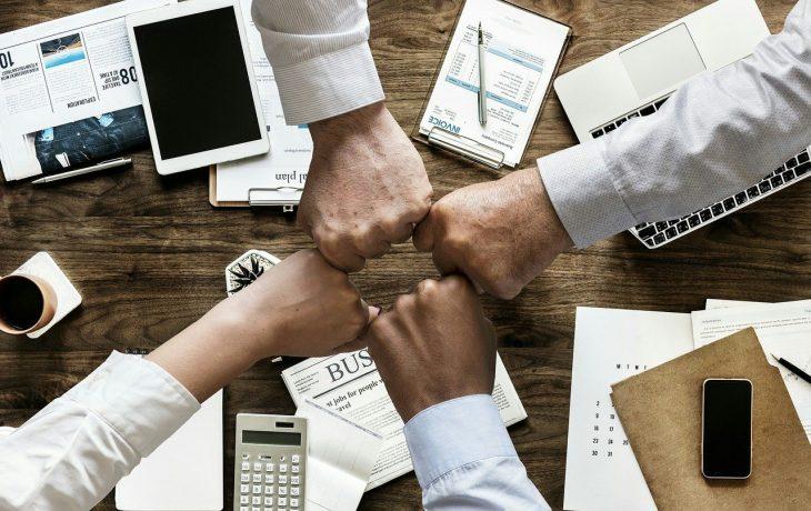Marketing afiliacyjny pozwala firmom wynagrodzić te osoby, które mają realnywpływ na dotarcie do nowych odbiorców. Nie muszą to być jednak duże firmy, gdyż najczęściej w marketingu
