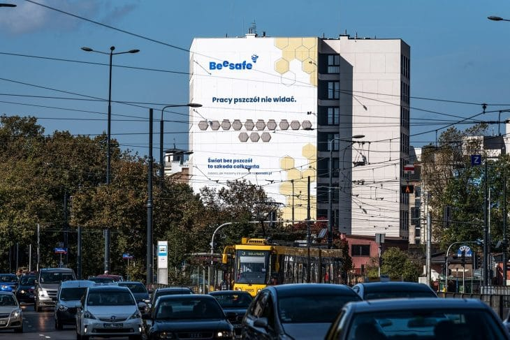 Ponad 7,6 tys. zł – o tyle co minutę wzrasta nasz dług wobec pszczół. A podlicza to na bieżąco mural na warszawskiej Pradze - foto 2